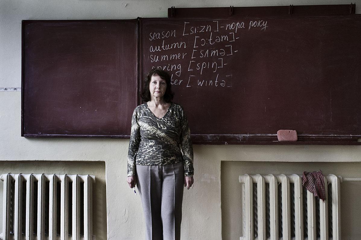 Boblan Lydia underviser i engelsk og har en gang rejst undenlands, hvor hun besøgte slægtninge i det sydlige England.