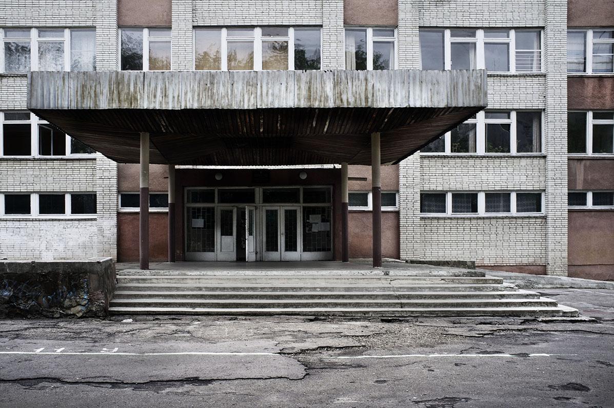 Folkeskolen ved Petra Pancha-gaden ligger i et typisk kvarter, hvor alt bebyggelse er opført i bedste kommunistiske, sociale boligbyggestil fra 1950'erne og 1960'erne